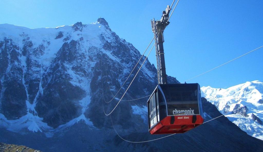 Aiguille du midi in chamonix et mont blanc for Aiguille pour passage de cable