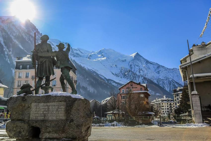 To limit the spread of the coronavirus COVID-19, the mayor of Chamonix imposed the wearing of face masks in the pedestrian and busiest areas of Chamonix. photo source @Radio Mont Blanc