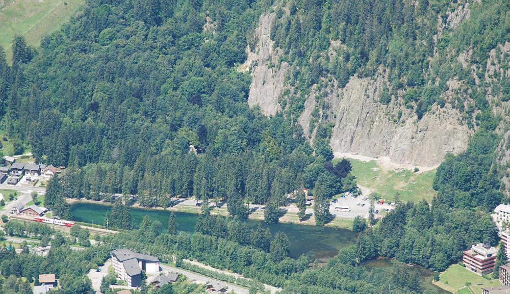 Lake and climbing rock at Les Gaillands, near Chamonix. Christophe Jacquet / CC BY-SA (https://creativecommons.org/licenses/by-sa/3.0)