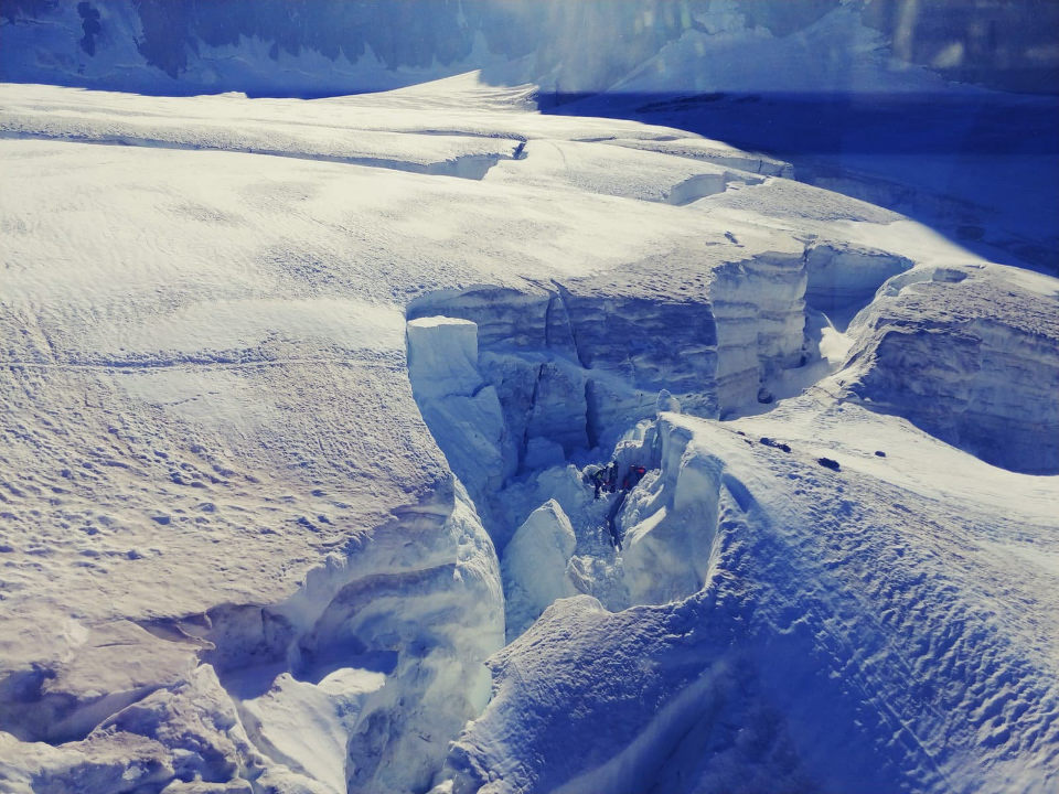 The snow bridge which gave way opened a crevasse 15 meters wide. Photo source @Le Dauphine