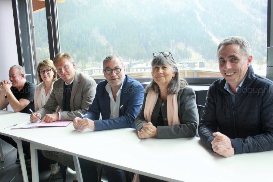 The partnership agreement was signed between Gilles Rakoczy (third from left), managing director of the Mont-Blanc tunnel, and Rémi Perrier (third from the right), one of the founders of the festival. With them, from left to right: Roland Zennaro (second co-founder of the festival), Jacqueline Fattier (Deputy mayor in charge of local development), Élisabeth Chays (Municipal Councilor) and Stéphane Boizard (President of the Tourist Office). Photo source:@c.ledauphine.com