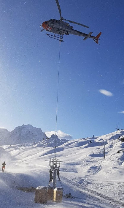 This Thursday, November 21, the installation of the ski lift Posettes required the intervention of a Chamonix-Mont-Blanc helicopter, photo source @ledauphine.com