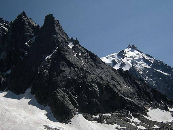 Vue des versants nord et ouest de l'aiguille du Peigne avec à gauche l'aiguille des Pélerins et au fond à droite l'aiguille du Midi. Photo source @ wikipedia.com, sous licence CC BY-SA 3.0.