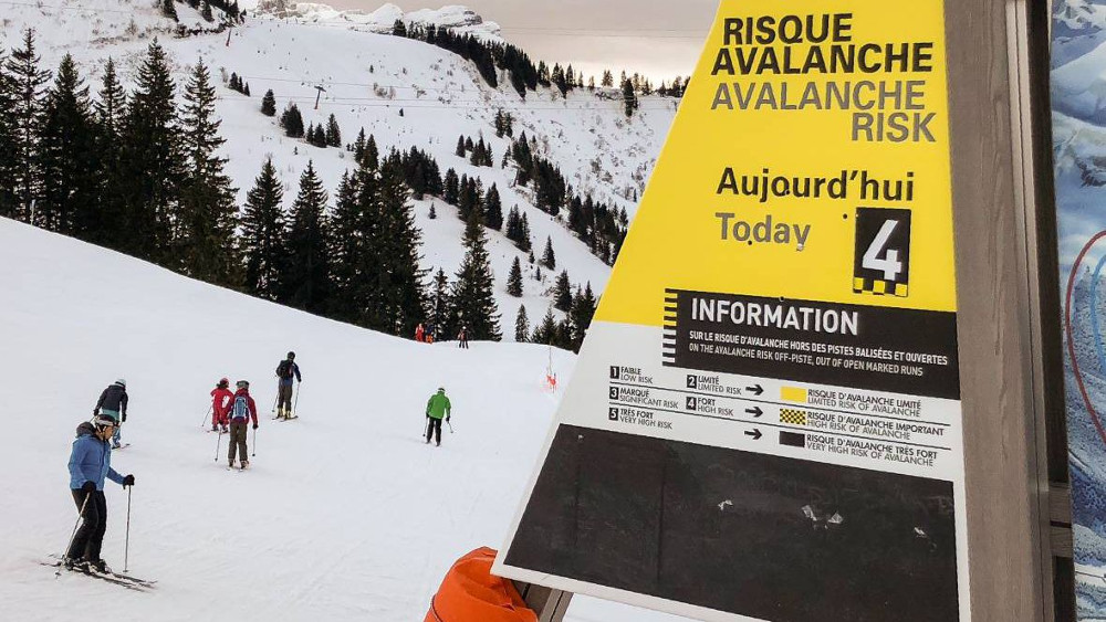 For this Friday 9th March 2018, the avalanche danger level is 3 out of 5 and level 4 out of 5 (strong) above 2200 meters in Haute-Savoie. Photo source: @france3-regions
