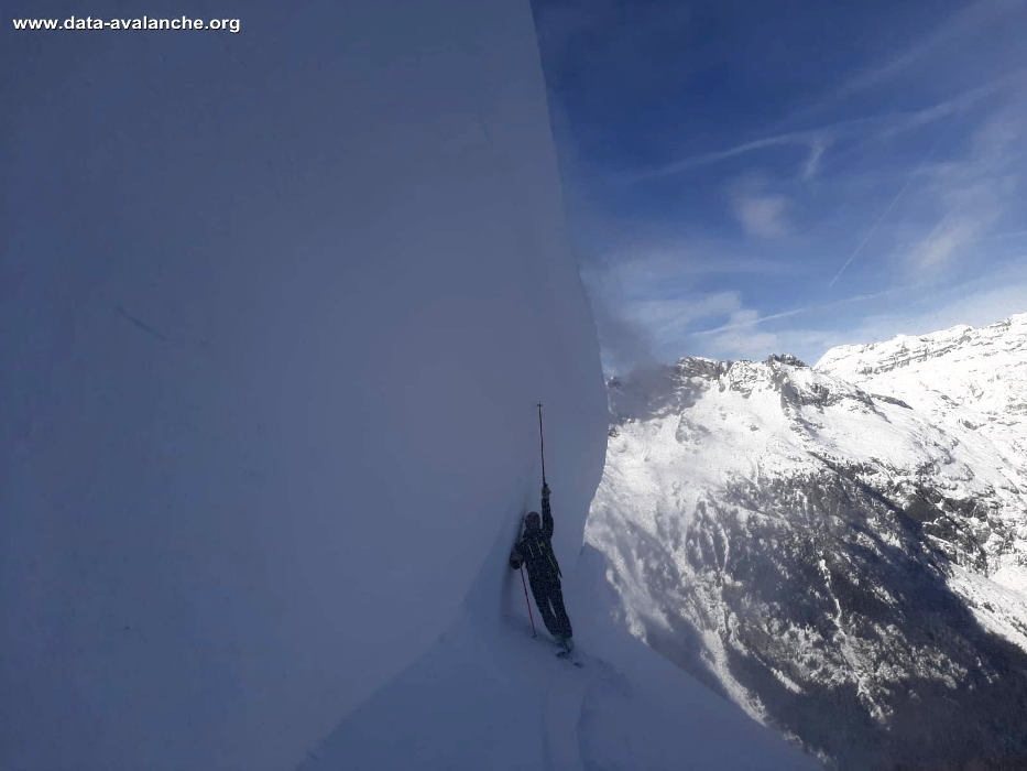 Triggered avalanche in Mont Blanc massif, Tête de Balme sector, Belleplace du Tour, photo source @www.data-avalanche.org