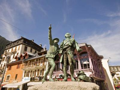 Statue of Jacques Balmat & Michel Paccard pointing to the Mont Blanc