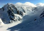 Les Grand Montets, Chamonix Mont-Blanc France, by trailsource.com, licensed under CC BY 2.0, disponible à l'adresse https://www.flickr.com/photos/trailsource/5421637469