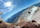 Dans cette image réalisée à partir d'une vidéo fournie par Eagle Wings Foundation / Chopard, des images aériennes prises par une caméra fixée à un aigle d'un glacier d'Europe occidentale. photo source @ mynorthwest.com