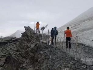 The mother and her two children helicoptered off the mountain. Photo source: @http://www.lemessager.fr