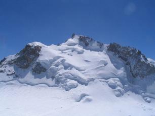 Le Mont Maudit vu du Mont Blanc du Tacul, photo d'Eltouristo, sous licence CC-BY 3.0, photo source @ commons.wikimedia.org / wiki
