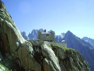 On 10 August, a climber fell on the side of the Envers des Aiguilles refuge (photo). Michel / CC BY-SA (https://creativecommons.org/licenses/by-sa/3.0)