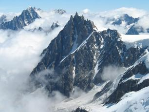 Mountain activities are possible from 11 May 2020. The Aiguille du Midi cable car will resume service from 16 May. Photo source @fr.wikipedia.org, licensed under CC BY-SA 3.0