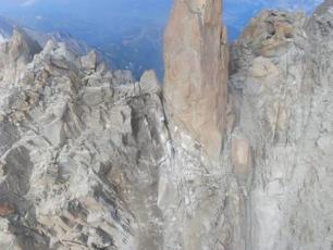 Mont Blanc: A large landslides at Cosmiques Ridge    Mont Blanc: Ett stort skred vid Cosmiques Ridge   title=  6c513765fc94e9e7077907733e8961cc