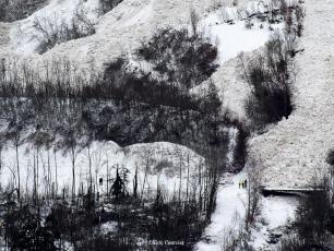 Arbres couchés, ligne haute tension au sol et pont endommagé en plus de quelques dégâts sur les chalets en contrebas. Photo source: @Eric Courcier Accompagnateur en montagne-Photographe