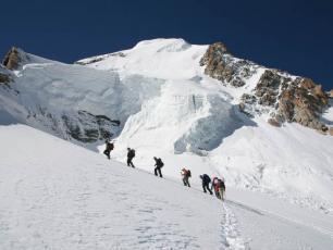 groupe de personnes grimpant sur le Mont-Blanc
