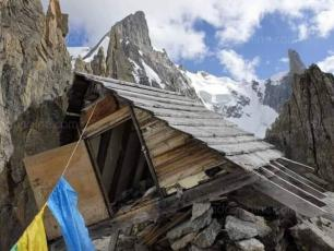 As the mountain continues to crumble, it was the Périades bivouac's turn to fall. Photo source @ledauphine.com
