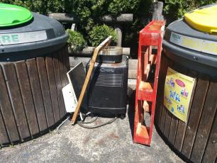 En cette période de confinement, ne jetez pas de déchets encombrants, car les déchetteries sont fermées. Source photo @ radiomontlbanc.fr