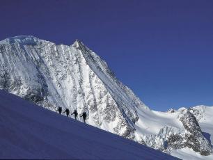 Haute route Chamonix-Zermatt. photo source : @www.chamonixmontblancguides.com
