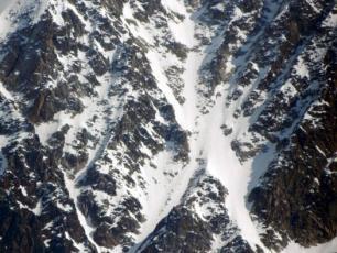 Le couloir des Cosmiques est situé sous l'Aiguille du Midi