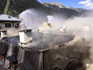 Un incendie majeur a eu lieu dans le centre de Chamonix le 20 août 2020. Source photo @ www.facebook.com/sapeurspompiers74