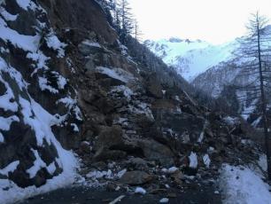 Col de la Forclaz: un éboulement rocheux a coupé la route. Photo source: @www.swissinfo.ch
