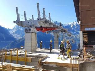 La Compagnie du Mont-Blanc travaille dur pour installer la nouvelle télécabine de la Flégère, source photo @ ledauphine.com