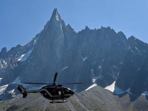 The rowing machine left on Mont-Blanc had to be removed by helicopter, photo source @scmp.com