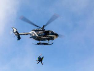 The electrician who got stuck in an Aiguille du Midi cable car was rescued via helicopter by the PGHM of Chamonix. Photo source @ledauphine.com