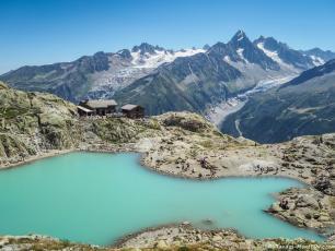 Lac Blanc avec le refuge en arrière-plan. Source de la photo: @ randos-montblanc.com