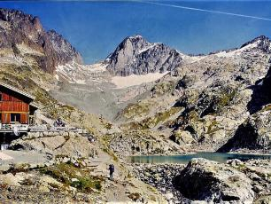 Lac Blanc Refuge, photo by Espirat, licensed under CC-BY 4.0, source @commons.wikimedia.org