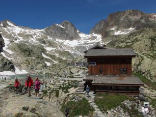 Lac Blanc Refuge, photo by Guilhem Vellut, licensed under CC-BY 2.0, source @www.flickr.com