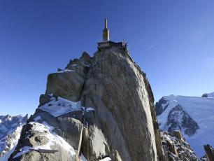 Pas dans le Vide a 3842m sur l'Aiguille du Midi - Autorisation Photo CMB. Copyright @ Alexis Moro/ Associated Press