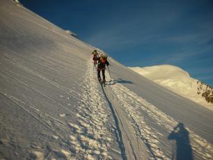 La montée vers le sommet du Mont Blanc en ski de randonnée.