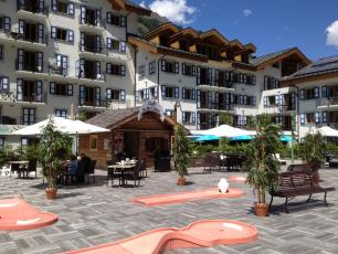 Mini-golf tracks on the terrace of Residence & Spa Vallorcine Mont Blanc