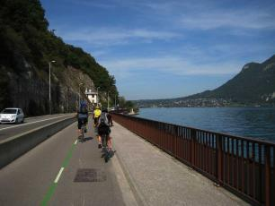 Cycling close to th Annecy Lake