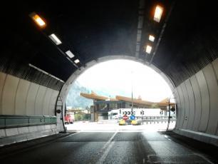 Выход из туннеля Монблан на итальянскую сторону