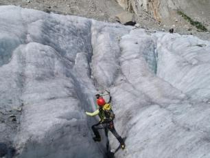 Un alpiniste sur un glacier de Chamonix