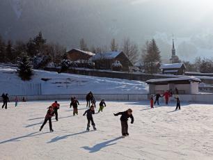 Enfants sur la patinoire des Houches
