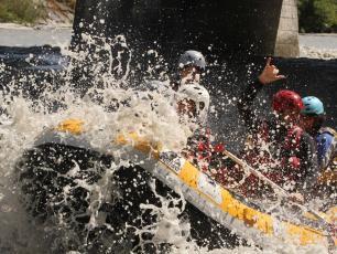 Le rafting sur la rivière Dora Baltea dans la vallée d'Aoste est une activité estivale passionnante