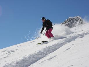 Hors-Piste Brévent, skieur sur le couloir de l'Ensa