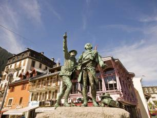 Statue of Jacques Balmat & Horace-Benedict de Saussure pointing to the Mont Blanc