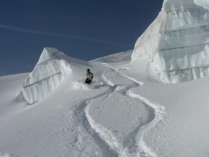 Snowboarders between seracs in the Vallée Blanche