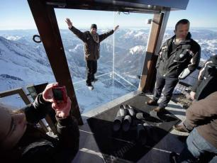 """A """"Step in the Void"""" made by the journalists above Chamonix"""