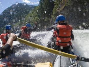 Rafting on the Arve River in Chamonix with a guide is a safe and enjoyable experience for the whole family, Photo @ SessionRaft.fr