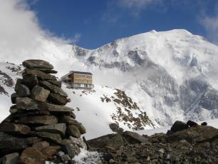 The new base camp is situated close to Tete Rousse Hut (3,167m). Photo source: @www.camptocamp.org