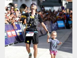 Scott Hawker crossing the finished line with his daughter. photo source @ledauphine.com