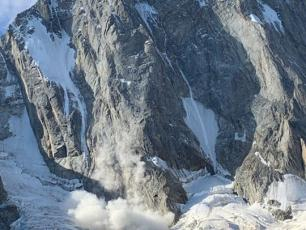 Two alpinists found themselves stuck on the north face of the Grandes Jorasses, on the Walker Spur (photo). Photo Source @Le Dauphine